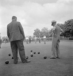 men playing bowls 1945